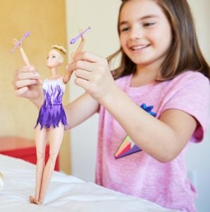 Movimientos Deportivos Barbie Doll Gimnasta rítmica ultra flexible, ¡provista de palos! 7