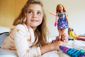 Barbie Fashionistas con Modas Doll 85 Happy Hued Doll & Fashions – Curvy 6